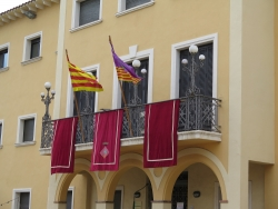 Ajuntament de Santa Maria i els Monjos amb les banderes